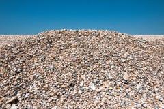 Shell setzen auf Himmelhintergrund auf den Strand Stockfotografie