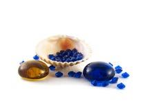 Shell su fondo bianco con i cristalli blu Immagini Stock Libere da Diritti