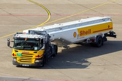 Shell-tankwagenluchthaven op tarmac royalty-vrije stock afbeelding