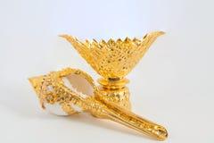 Shell van de kroonslak op gouden dienblad Stock Afbeelding