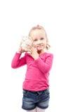 Shell van de meisjegreep op wit wordt geïsoleerd dat royalty-vrije stock fotografie
