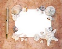 Shelles del mar con el papel y la pluma de nota fotos de archivo libres de regalías