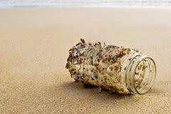 Shelles en un tarro, esperando la marea Fotografía de archivo