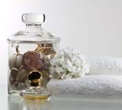 Shelles y perfum de las flores Foto de archivo libre de regalías