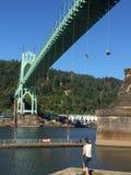 #ShellNoPDX从大教堂公园的圣约翰桥梁的抗议者吊 图库摄影
