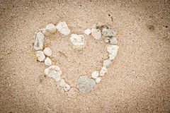 Shells op het oceaanstrand, de achtergrond van de hartvorm Stock Afbeeldingen
