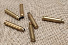 Shells van levende munitie op de achtergrondstof Stock Foto's