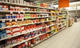 Пакеты кофе Shelves итальянский супермаркет Стоковое фото RF