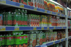 Shelves with the juices in the supermarket Royalty Free Stock Photos