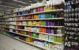 Shelving с продуктами и красотой волос Магазин Стоковое Изображение RF