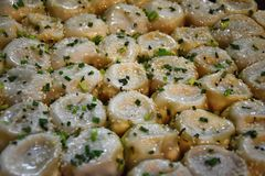 Shengjian очень вкусная специальность Шанхая, все-зажаренных плюшек заполненных с мясом и соками Стоковые Изображения