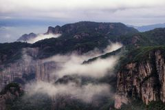 Shenxianju-Berg mit Nebelansicht lizenzfreies stockfoto