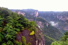 Shenxianju góra z mgła widokiem zdjęcie stock