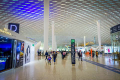 SHENZEN,中国- 2017年1月29日, :里面机场终端连接大厅,现代内部建筑学设计,玻璃 免版税图库摄影