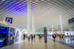 SHENZEN,中国- 2017年1月29日, :里面机场终端连接大厅,现代内部建筑学设计,玻璃 库存图片