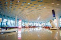 SHENZEN,中国- 2017年1月29日, :里面机场终端门区域,非常好的现代内部建筑学设计,大 库存照片