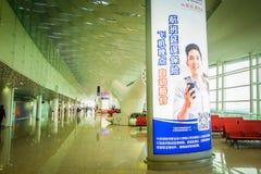 SHENZEN,中国- 2017年1月29日, :里面机场终端门区域,非常好的现代内部建筑学设计,大 库存图片