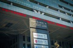 SHENZEN, CHINA - 29 DE ENERO DE 2017: Calles y sorroundings, cuadrado oficial del centro urbano de la bolsa de acción, limpio y m Fotografía de archivo