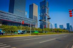 SHENZEN, CHINA - 29 DE ENERO DE 2017: Las calles y los sorroundings del centro urbano, mezcla hermosa de árboles verdes combinaro Fotografía de archivo libre de regalías
