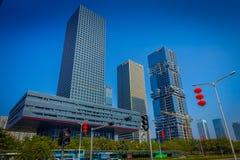 SHENZEN, CHINA - 29 DE ENERO DE 2017: Las calles y los sorroundings del centro urbano, mezcla hermosa de árboles verdes combinaro Fotos de archivo libres de regalías