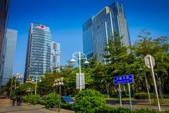 SHENZEN, CHINA - 29 DE ENERO DE 2017: Las calles y los sorroundings del centro urbano, mezcla hermosa de árboles verdes combinaro Imagen de archivo
