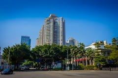 SHENZEN, CHINA - 29 DE ENERO DE 2017: Las calles y los sorroundings del centro urbano, mezcla hermosa de árboles verdes combinaro Foto de archivo