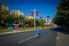 SHENZEN, CHINA - 29 DE ENERO DE 2017: Las calles y los sorroundings del centro urbano, mezcla hermosa de zonas verdes combinaron  Foto de archivo libre de regalías