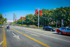 SHENZEN, CHINA - 29 DE ENERO DE 2017: Las calles y los sorroundings del centro urbano, mezcla hermosa de zonas verdes combinaron  Fotos de archivo libres de regalías