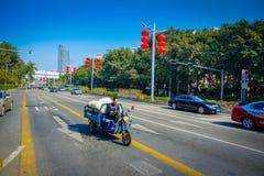 SHENZEN, CHINA - 29 DE ENERO DE 2017: Las calles y los sorroundings del centro urbano, mezcla hermosa de zonas verdes combinaron  Foto de archivo