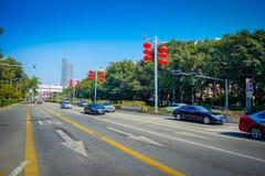 SHENZEN, CHINA - 29 DE ENERO DE 2017: Las calles y los sorroundings del centro urbano, mezcla hermosa de zonas verdes combinaron  Imágenes de archivo libres de regalías