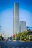 SHENZEN, CHINA - 29 DE ENERO DE 2017: Vecindad de Nan Shan, calles y sorroundings, mezcla hermosa del centro urbano de verde Imagen de archivo