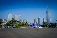 SHENZEN, CHINA - 29 DE ENERO DE 2017: Vecindad de Nan Shan, calles y sorroundings, mezcla hermosa del centro urbano de verde Foto de archivo