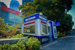 SHENZEN, CHINA - 29 DE JANEIRO DE 2017: As ruas e os sorroundings do centro urbano, mistura bonita de árvores verdes combinaram c Imagens de Stock Royalty Free