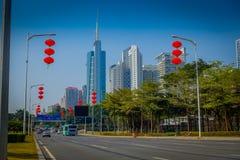 SHENZEN, CHINA - 29 DE JANEIRO DE 2017: As ruas e os sorroundings do centro urbano, mistura bonita de árvores verdes combinaram c Imagem de Stock Royalty Free