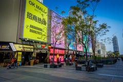 SHENZEN, CHINA - 29 DE JANEIRO DE 2017: Ruas do centro urbano e sorroundings da vizinhança de Nan Shan, mistura espetacular de Fotografia de Stock