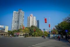 SHENZEN, CHINA - 29 DE JANEIRO DE 2017: Vizinhança de Nan Shan, ruas do centro urbano e sorroundings, mistura bonita de verde Imagens de Stock Royalty Free