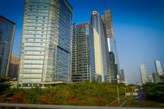 SHENZEN, CHINA - 29 DE JANEIRO DE 2017: Vizinhança de Nan Shan, ruas do centro urbano e sorroundings, mistura bonita de verde Imagens de Stock