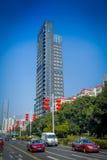 SHENZEN, CHINA - 29 DE JANEIRO DE 2017: Vizinhança de Nan Shan, ruas do centro urbano e sorroundings, mistura bonita de verde Fotos de Stock