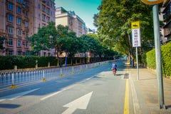 SHENZEN, CHINA - 29. JANUAR 2017: Innenstadt sorroundings, schöne Mischung von Grünstreifen und Gebäude mit modernem Lizenzfreie Stockbilder