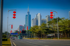 SHENZEN, CHINA - 29. JANUAR 2017: Innenstadt Straßen und sorroundings, schöne Mischung von grünen Bäumen kombinierten mit Lizenzfreies Stockbild