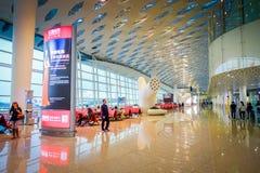 SHENZEN, CHINA - 29. JANUAR 2017: Innerer Flughafenabfertigungsgebäudetorbereich, sehr nettes modernes Innenarchitekturdesign, gr Stockfoto