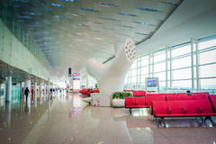 SHENZEN, CHINA - 29. JANUAR 2017: Innerer Flughafenabfertigungsgebäudetorbereich, sehr nettes modernes Innenarchitekturdesign, gr Lizenzfreie Stockfotos
