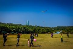 SHENZEN, CHINA - 29. JANUAR 2017: Innerer Lian Hua Shan-Park, großes Erholungsgebiet, Leute, die auf dem Grasspielen laufen Lizenzfreie Stockbilder