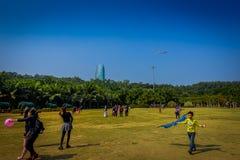SHENZEN, CHINA - 29. JANUAR 2017: Innerer Lian Hua Shan-Park, großes Erholungsgebiet, Leute, die auf dem Grasspielen laufen Stockbild