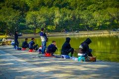 SHENZEN, CHINA - 29. JANUAR 2017: Innerer Lian Hua Shan-Park, großes Erholungsgebiet, sitzende Leute bei herein fischen Lizenzfreie Stockbilder