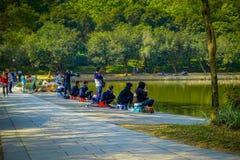 SHENZEN, CHINA - 29 JANUARI, 2017: Binnenlian hua shan-park, groot recreatief gebied die, mensen terwijl binnen visserij zitten stock foto