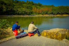 SHENZEN, CHINA - 29 JANUARI, 2017: Binnenlian hua shan-park, groot recreatief gebied die, mensen in watermeer vissen royalty-vrije stock fotografie