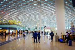 SHENZEN, CHINE - 29 JANVIER 2017 : À l'intérieur des halls de connexion terminale d'aéroport, conception intérieure moderne d'arc Photo stock