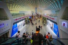 SHENZEN, CHINE - 29 JANVIER 2017 : À l'intérieur des halls de connexion terminale d'aéroport, conception intérieure moderne d'arc Photographie stock