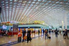 SHENZEN, CHINE - 29 JANVIER 2017 : À l'intérieur des halls de connexion terminale d'aéroport, conception intérieure moderne d'arc Photo libre de droits